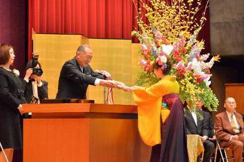 鈴木理事長からの理事長賞の授与