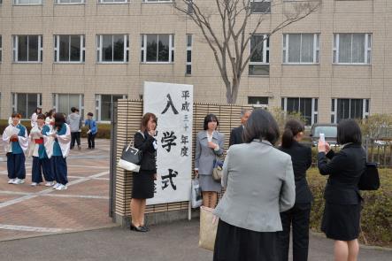 入学生の皆さん正門前での記念撮影