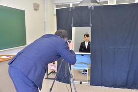 授業の間に特設写場で証明写真撮影です