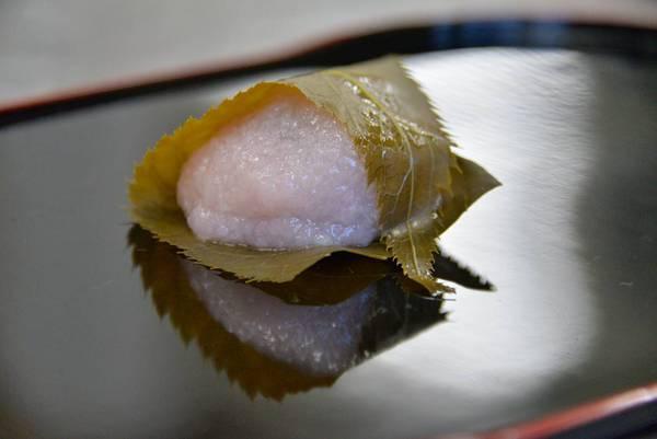 伊達政宗公も食べたとされる目の細かい仙台産の道明寺粉を使った道明寺の桜餅