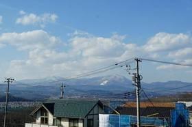 窓から見る雪のない「泉ヶ岳スキー場」