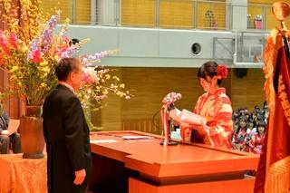 卒業生代表の金澤沙也加さんが学長に答辞