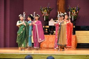 「献灯の舞」を踊る仏教青年会委員