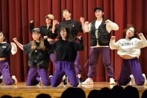 PEEK-A-BOO!!によるダンスの披露