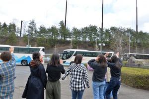大型バス8台で出発、在学生もお見送り