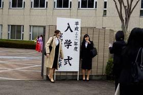 正門前、友達同士で記念撮影