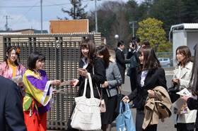 YOSAKOIの衣装の在学生が勧誘チラシ