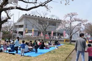 桜に囲まれた将監市民センター