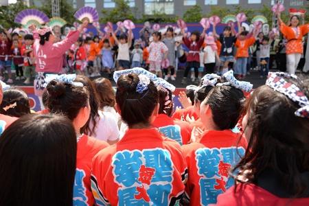 審査の間の子ども達の踊りを手拍子で応  援。さすが保育者を目指す「すずめ隊」!