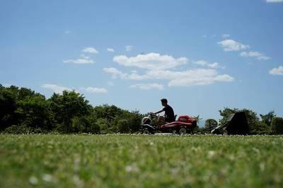 夏雲の 暑さ忘れて 芝を刈る