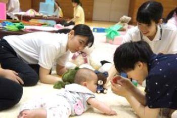 4ヵ月の赤ちゃんとお話し中。