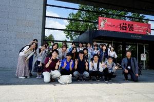 博物館の入り口でパチリ!青空が広がる学外授業日和でした