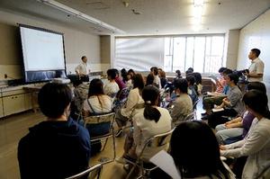 社会教育主事から生涯学習センターの機能や役割について説明を受けます