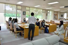 図書館で、司書について模擬授業