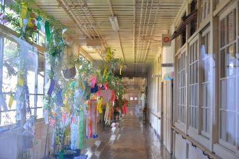 根白石小学校の木造の廊下はピカピカ。