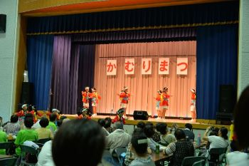 舞台では小学生の「はねこ踊り」