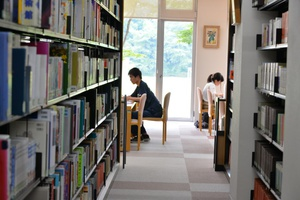図書館は冷房も利いていて快適です