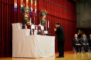 学生教職員を代表して学長、献香