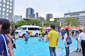 市役所前の市民広場は既に大賑わい