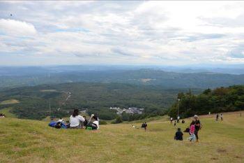 泉ヶ岳スキー場の駐車場が会場(中央右下)