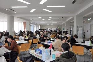 食堂は学生たちで大賑わい