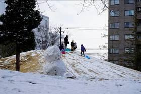 外では子どもたちの雪だるまとそり滑り