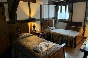 寝室も英国の学生寮を模したもの