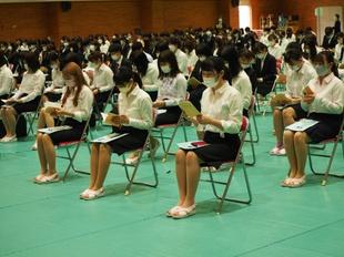 全学生がマスクを着用し、間隔もあけて着席