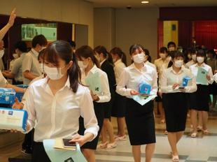 退場時に1人1箱マスクを受け取りました