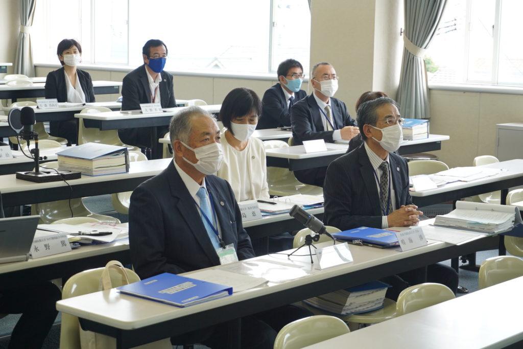 鈴木理事長に引き続き鳴海学長から挨拶と状況説明