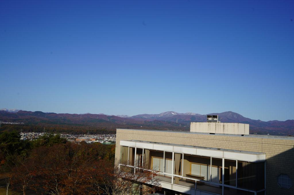 図書館のうえから見える船形山もうっすらと雪化粧