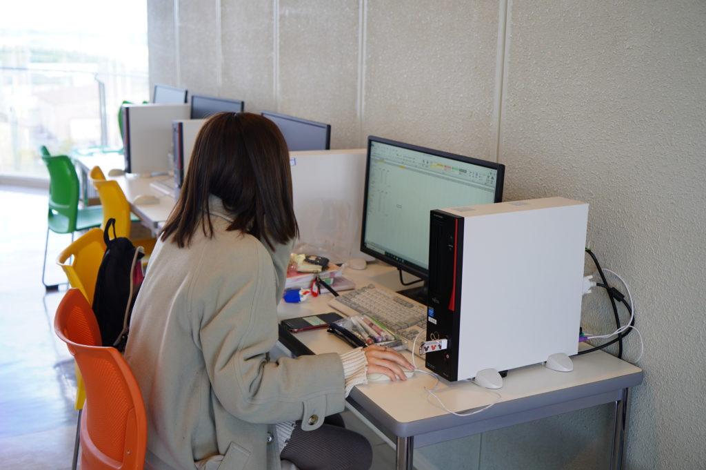 早速、ロビーのパソコンで宿題の入力
