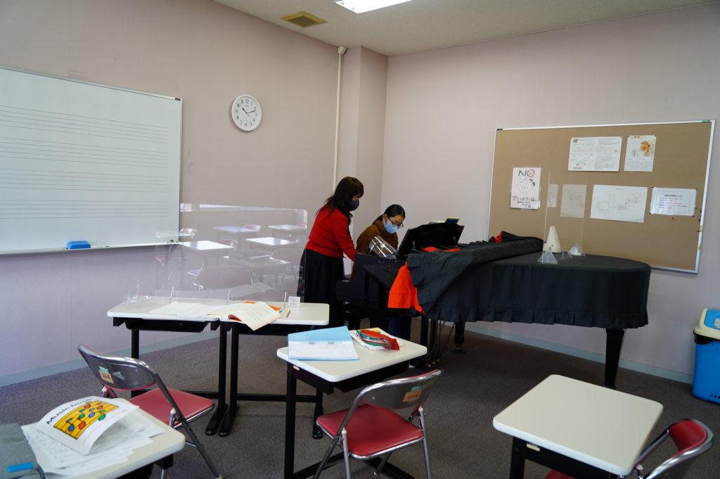 ピアノレッスン室でも個別指導。アクリル板やフェースシールドを使ってコロナ対策完璧。