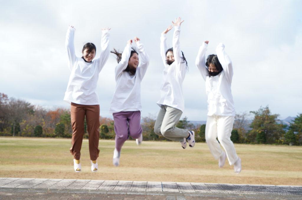 そんな吹きすさぶ風の中、学生は元気一杯。ジャンプの要望にも応えてくれました。