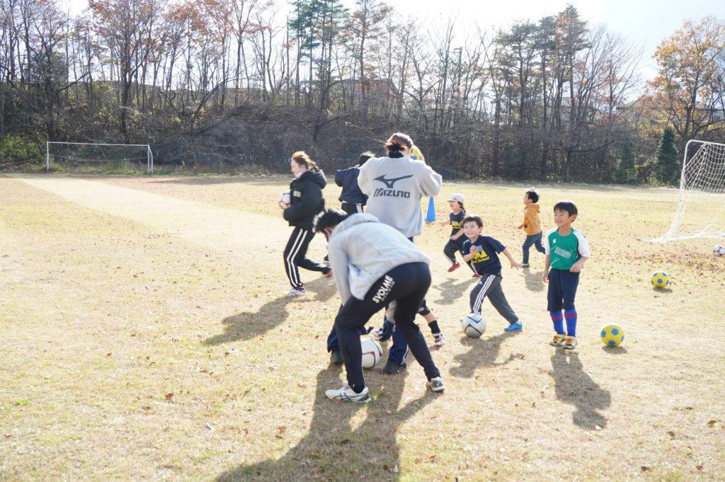 幼児のグループは早速学生を追いかけて