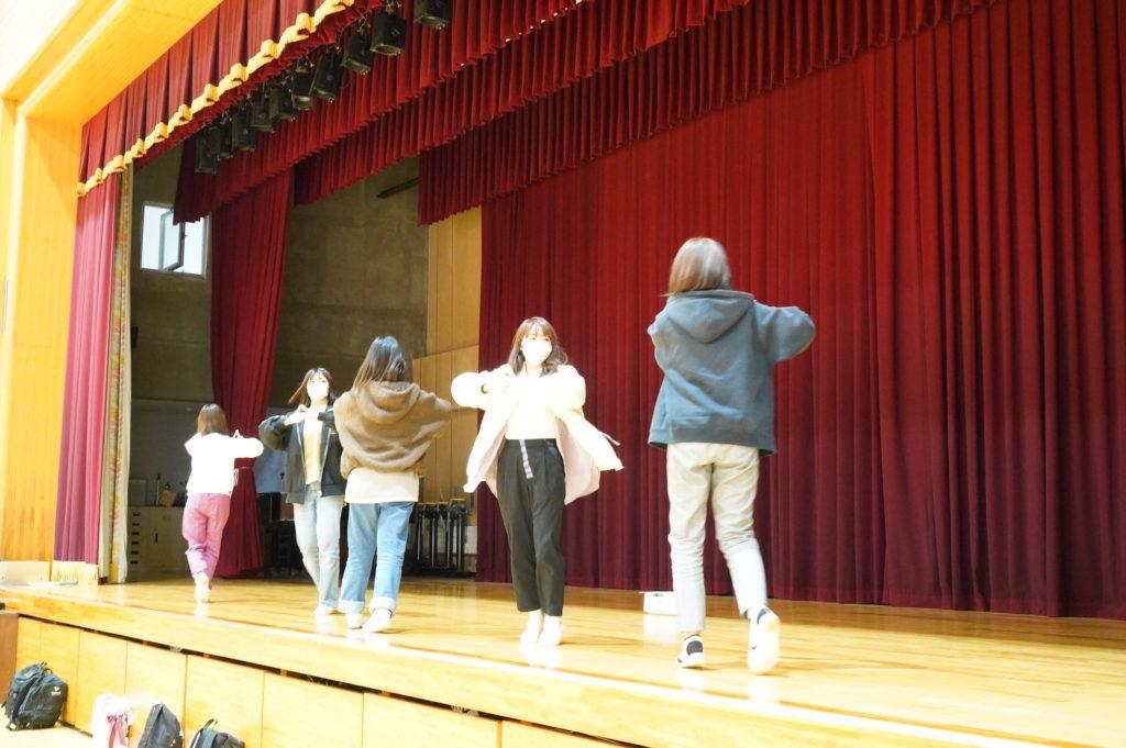 仏教青年会は12月8日の成道会に踊る献灯の舞の練習にいそしんでいました。