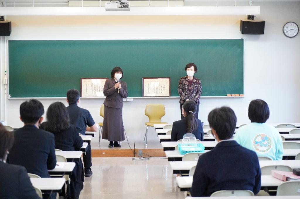 木村副学長(右)、小野真喜子先生(左)から御礼の言葉