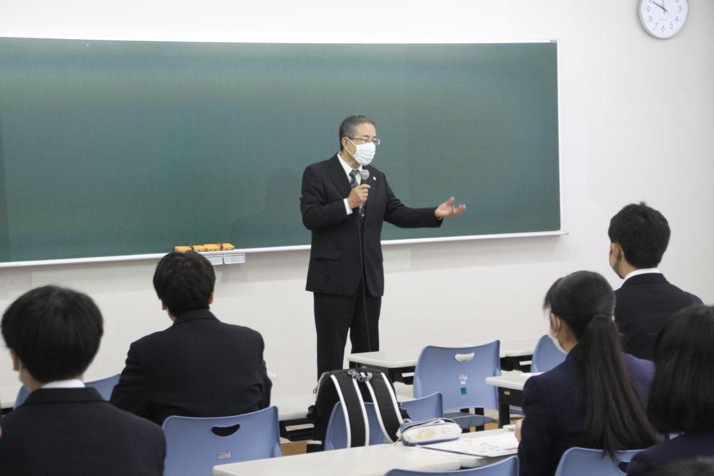 鳴海学長から大学の学びは自らが選択すことが大切であるとの講話。