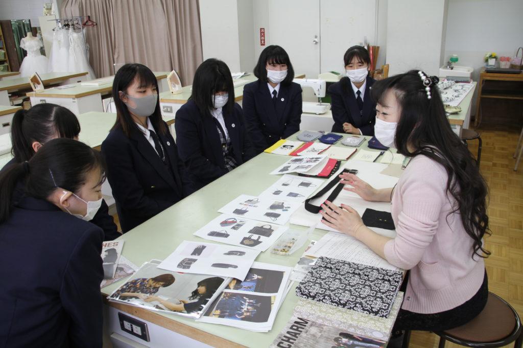 金澤准教授からファッション系の学びについてガイダンス