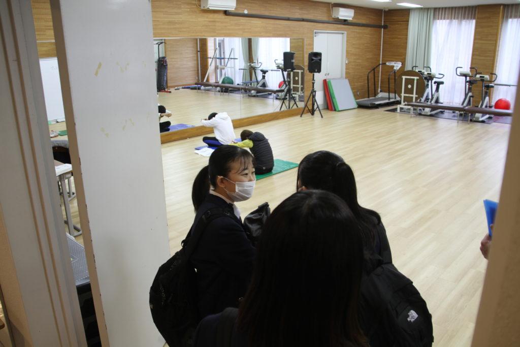 トレーニング室ではエアロビクスの授業を見学