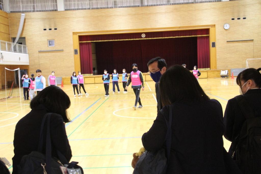 アリーナではスポーツの授業を参観