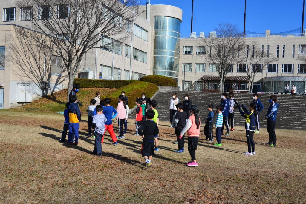 渡辺コーチの小学校の部の子ども達はさすが、ソーシャルディスタンスを取って集合。