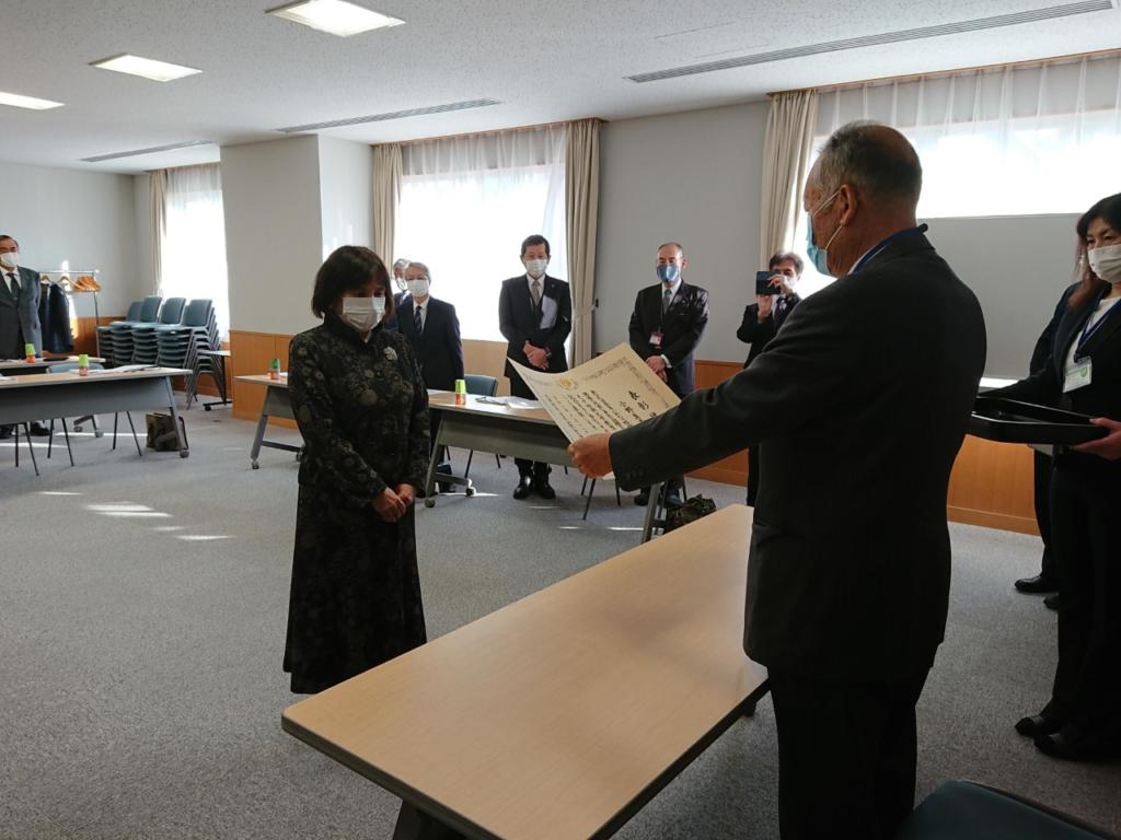 鈴木理事長から表彰状の伝達を受ける小野真喜子講師