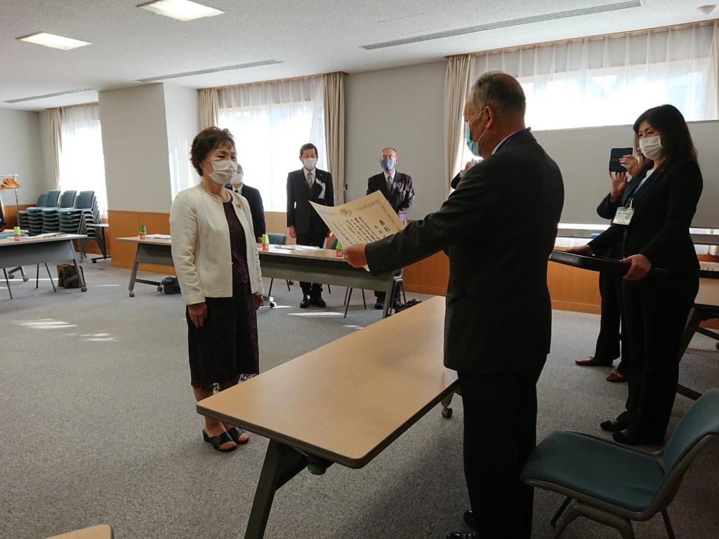 鈴木理事長から表彰状の伝達を受ける木村副学長