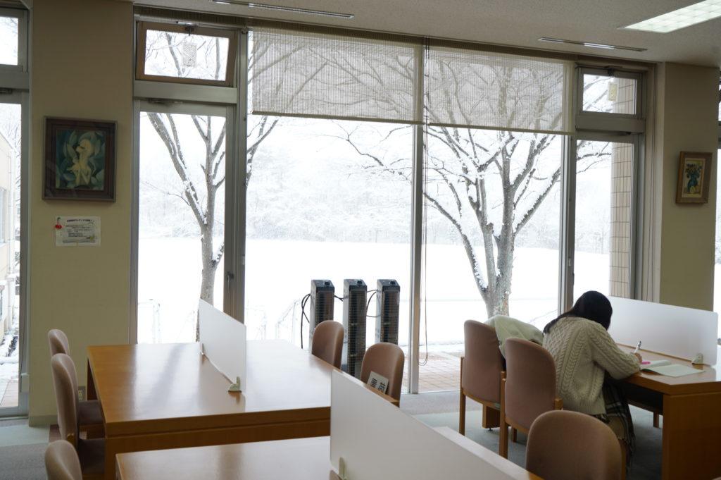 図書館から見るグランドも雪で真白