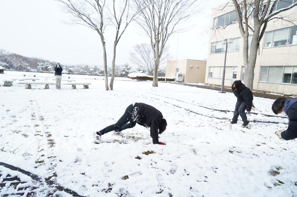 よけそこなって雪だらけに!