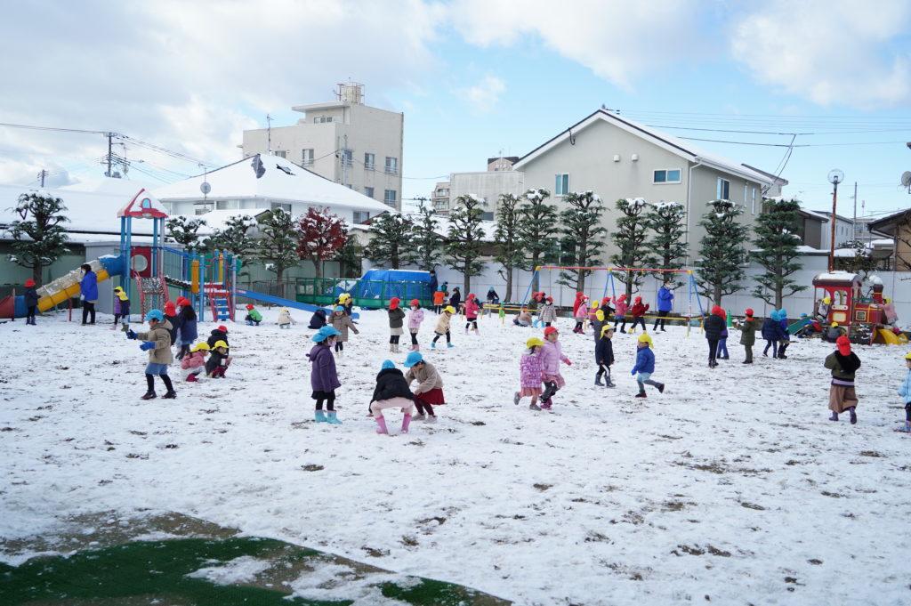 園庭は雪で子ども達は雪あそびで大はしゃぎでした。