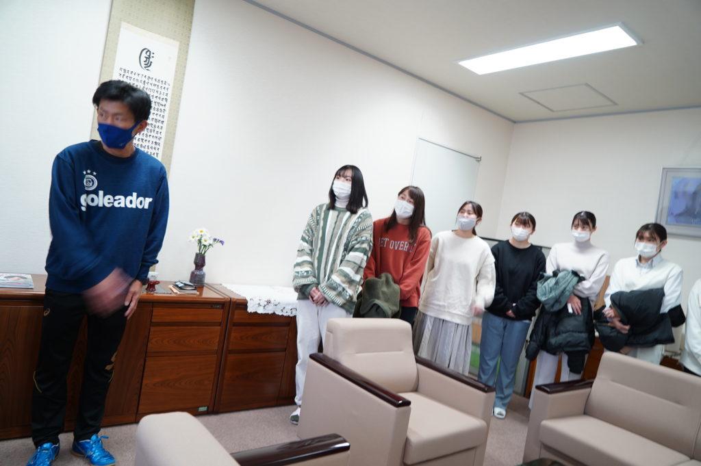 髙間部長以下選手全員で鳴海学長へうれしい報告【学長室にて】