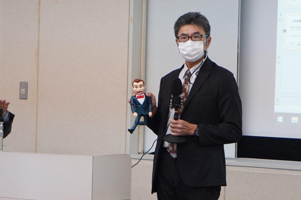 永野学科長は腹話術を使ってMC