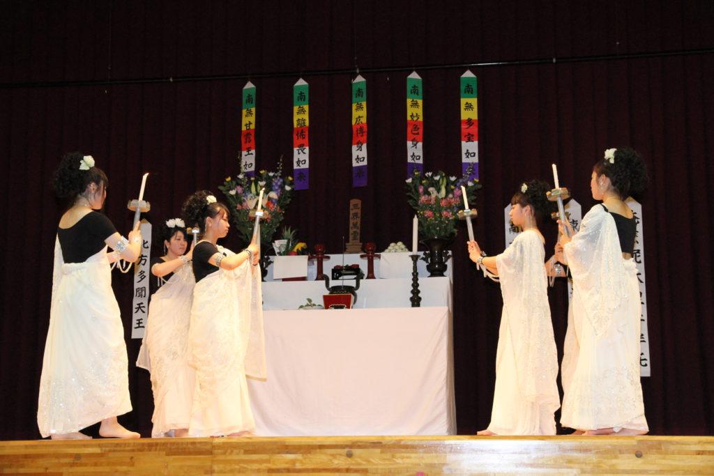 仏教青年会委員の皆さんが、練習を重ねて精霊会で踊った「献灯の舞」平成26年7月1日<br />